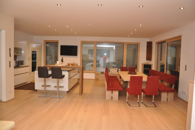Küche Hochglanz und freistehendes Esszimmer mit Massivholztisch samt Sessel und Bank