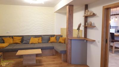 Sofa Couch Zierkissen Kachelofen Couchtisch Schiebetür Eiche Dekorspanplatte