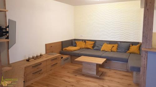 Sofa Couch Zierkissen Senf Couchtisch Wohnzimmer Unterschränke TV-Wand Stauraum