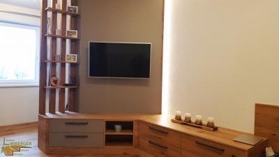 TV-Wand indirekte Beleuchtung Regal Materialkombination Eiche wild Dekorspanplatte Massivholz