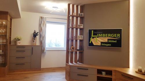 Wohnzimmerverbau Leseecke Fernseher sonnenverbranntes Holz Eiche furniert Stauraum LED Licht